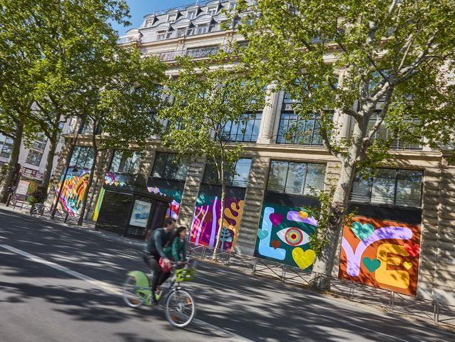 Lucky_Left_Hand_Street_Art_Paris