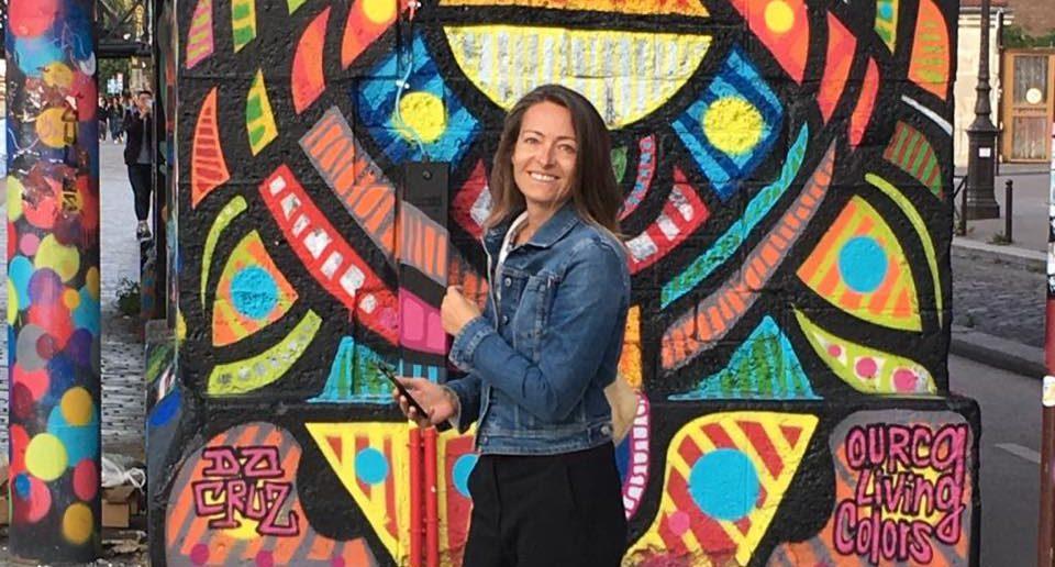 Séverine Thery-Perez devant fresque Da Cruz